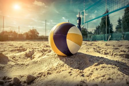 Strand volleybal. Wedstrijdbal onder zonlicht en blauwe hemel.