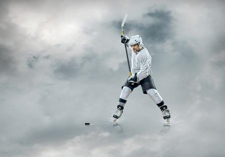 Joueur de hockey sur glace dans l'action extérieure Banque d'images - 72360682