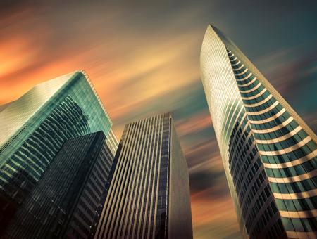 Nouveaux immeubles commerciaux modernes sous ciel avec nuages ??à Paris. Gratte-ciel d'architecture urbaine sous la lumière du soleil au jour.