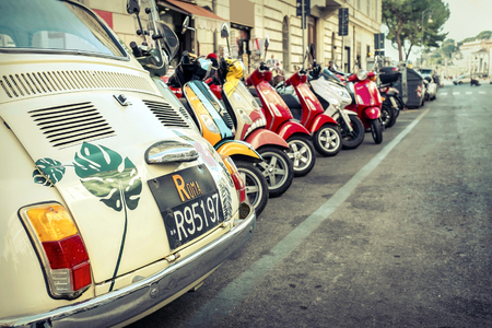 estilo urbano: ROME - JANUARY 07: Old car and retro scooters on January 07, 2017 in Rome. Scooters are the symbol of Rome - most popular historical travel place of the Italy and the world.