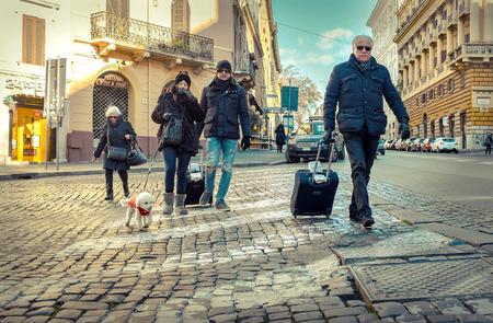 стиль жизни: РИМ - 7 января: Старый автомобиль и ретро скутера 07 января 2017 года в Риме. Скутера символ Рима - самый популярное историческое путешествие место в Италии и в мире.