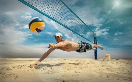 Joueur de volleyball de plage en action lors d'une journée ensoleillée sous un ciel bleu. Banque d'images - 75737113