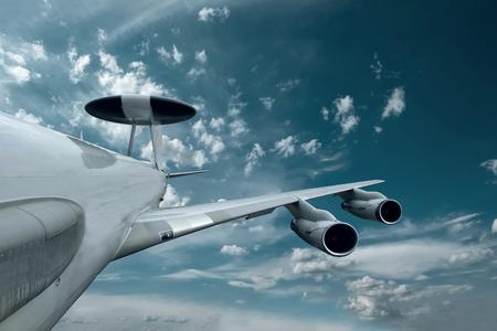 Militair vliegtuig op de snelheid in de hemel