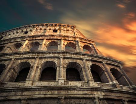 Roma, Italy.One del lugar de viaje más popular en el mundo - Coliseo romano bajo la luz del sol de la tarde y el cielo del amanecer. Foto de archivo - 78900429