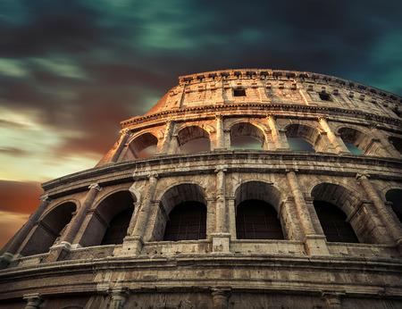 ローマ、Italy.One 最も人気のある旅行の世界 - 夕方の太陽の光と日の出の空の下でローマのコロシアムに配置します。 写真素材 - 81241482