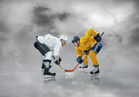 Jugador de hockey sobre hielo en el hielo, al aire libre Foto de archivo - 81242499