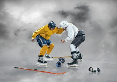 Jugador de hockey sobre hielo en el hielo, al aire libre Foto de archivo - 82009596