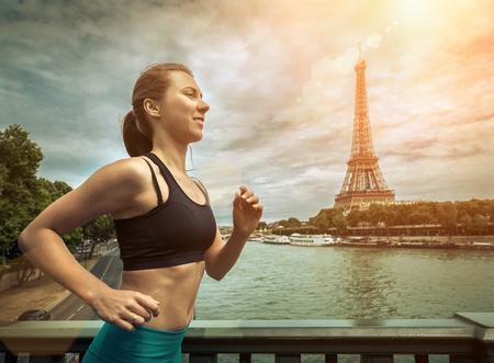 여자를 실행합니다. 여름 날 러너 조깅. Eifel 타워에서 아름다운 전망과 함께 외부 파리시에서 여성 피트 니스 모델을 학습 - 파리의 상징. 스톡 콘텐츠