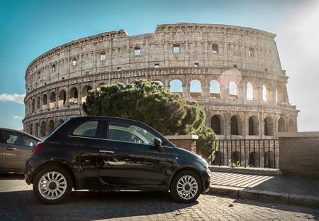 Parking rétro près du Colisée - un des lieux touristiques les plus célèbres et les plus populaires du monde, sous un ciel bleu à la journée ensoleillée. Banque d'images - 85101157