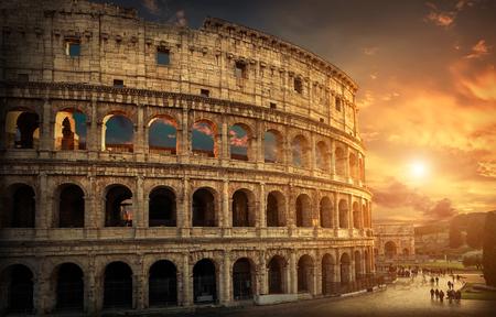ローマ、Italy.One 最も人気のある旅行の世界 - 夕方の太陽の光と日の出の空の下でローマのコロシアムに配置します。 写真素材