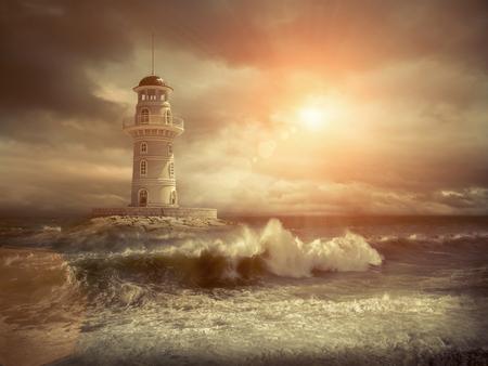 空の下の海の灯台。