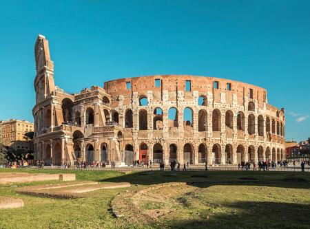 ローマ、Italy.One 最も人気のある旅行の場所の世界で晴れた日の太陽の下でローマのコロシアムで光と青い空。 報道画像