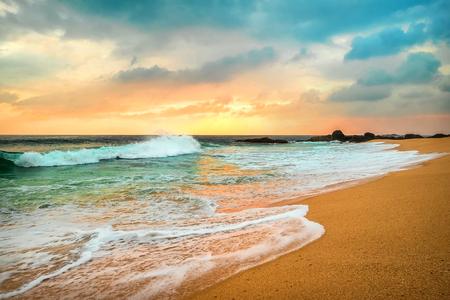 Prachtige tropische zeezicht onder zonsondergang hemel op Sri Lankain strand. Stormachtige golven in avondtijd.