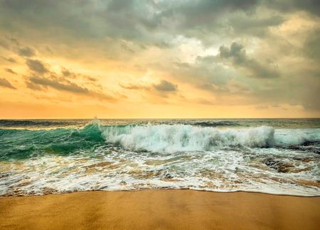 Prachtige tropische zeezicht onder zonsondergang hemel op Sri Lankain strand. Stormachtige golven in avondtijd. Stockfoto