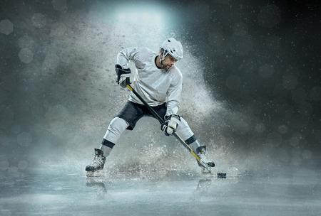 Caucassian Eishockey Spieler in dynamischer Aktion in einem professionellen Sportspiel spielen auf dem Laptop im Eishockey unter Stadionbeleuchtung. Standard-Bild - 99958747