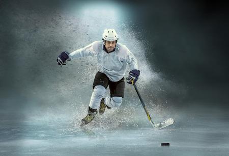 コーカシアンアイスホッケースタジアムのライトの下でホッケーのラップトップでプロのスポーツゲームプレイでダイナミックなアクションで選手。 写真素材 - 102194185