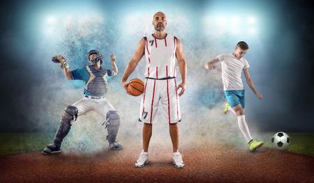 Il collage dei giocatori di sport di squadra in azione intorno alla spruzzata di colore fa cadere le luci dello stadio, il baseball, il basket, il calcio, gli sportivi professionisti di calcio.