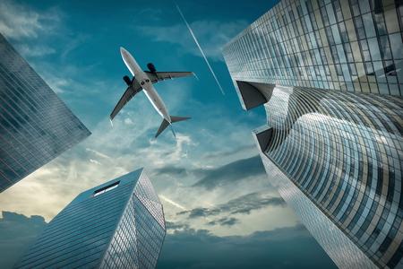 Avion survolant des immeubles de bureaux modernes en verre et en acier près du quartier de la Défense à Paris, France.