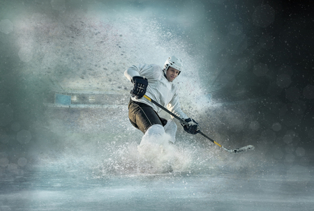 Caucassian ice hockey Players in dynamic action in a professional sport game play on the laptop in hockey under stadium lights. 版權商用圖片