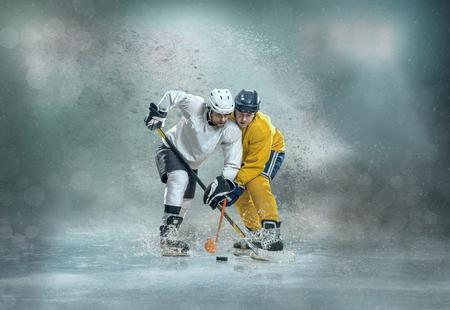 Caucassian Eishockey Spieler in dynamischer Aktion in einem professionellen Sportspiel spielen auf dem Laptop im Eishockey unter Stadionbeleuchtung.