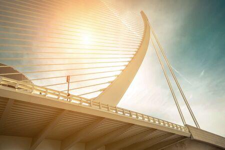 Hermosa vista sobre el puente blanco del edificio de arquitectura moderna en Valencia - bajo un cielo azul en un día soleado.