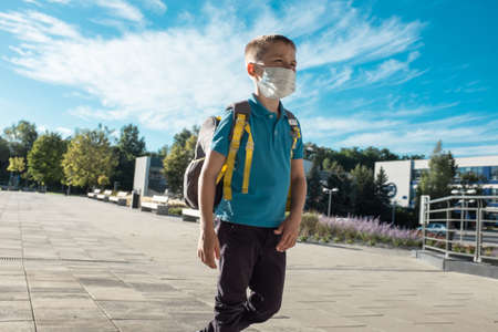 Boy, schoolboy in protective mask goes to school 免版税图像
