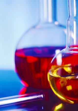 Equipo de química llenado de productos químicos de color diferente