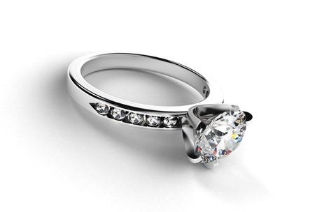 anillo de compromiso: Anillo de plata con diamantes sobre un fondo blanco Foto de archivo