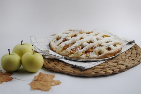Apple pie with white towel on wooden tray. Dessert. Homemade cake with apples. Autumn flatlay. Autumn homemade pie Фото со стока