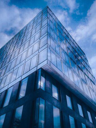 Klassisches futuristisches Bürogebäude aus blauem Glas im Stadtzentrum bis in den Himmel