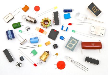 componentes: Diversos componentes electrónicos en el fondo blanco