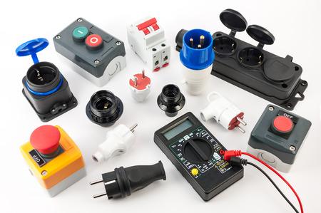 Les équipements électriques et divers outils sur fond blanc