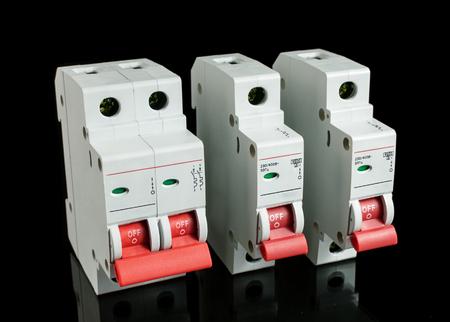 redes electricas: disyuntores automáticos Vaus, aisladas sobre fondo negro. fusible eléctrico.