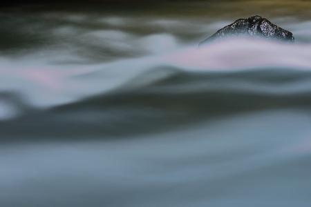 multiple exposure: Pietra costante nel flusso di un torrente, lunga esposizione multipla