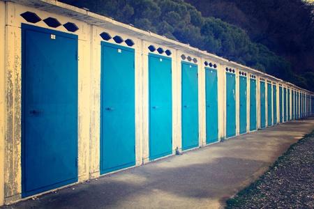 vintage look: Serie di cabine in spiaggia con su una spiaggia di Sistiana, Italia, in inverno Vintage effetti sguardo applicato Archivio Fotografico