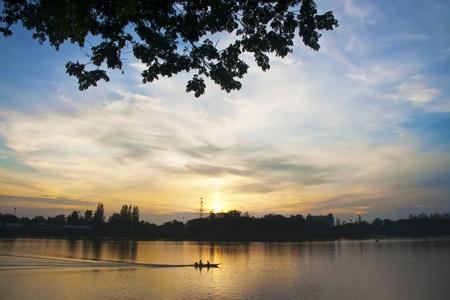 the boat on the river: A la salida del sol imponente que mira sobre el m�s sagrado de los r�os Foto de archivo