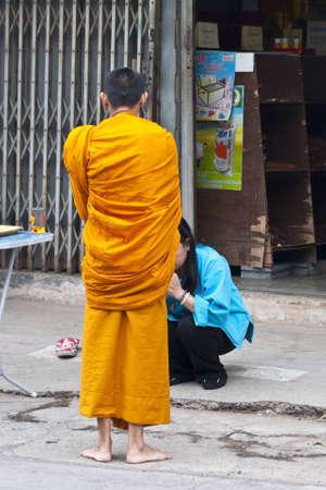 limosna: Los monjes budistas pidiendo limosna Editorial
