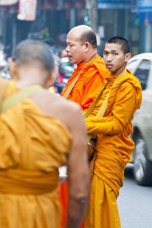limosna: monjes budistas recoger las limosnas