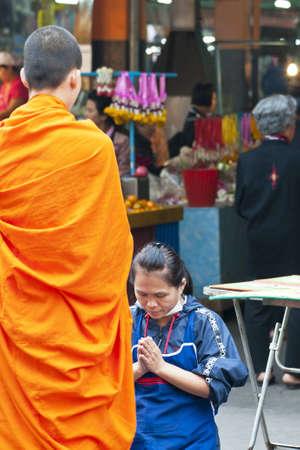 limosna: monjes budistas que recogen limosnas Editorial