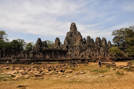 cambodge: SIEM REAP, CAMBODIA - MARCH 4:Visitor at the bayon on MARCH 4, 2012 in Angkor. Angkor was inscribed on the UNESCO World Heritage List in 1992. is one of the four major miracle in Oriental.