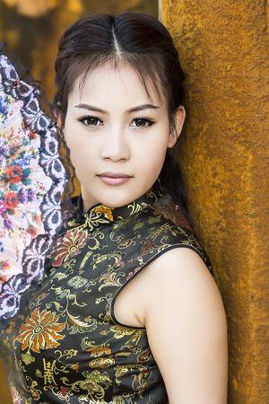 mujer china: Mujer china en traje cheongsam tradicional