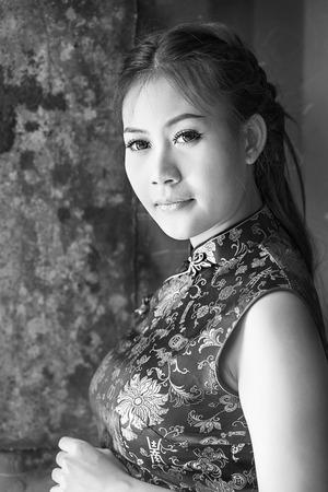 mujer china: Vestido de mujer china tradicional cheongsam (Imagen B  W)