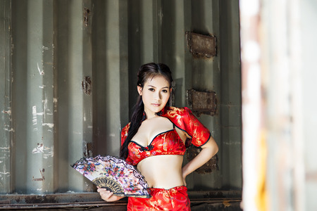 femme robe rouge: Sexy femme chinoise cheongsam robe rouge traditionnelle Banque d'images