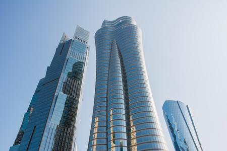 Qatar International Islamic Bank Headquarters Tower (Qiib) in Katar. Moderner Wolkenkratzer mit Sonnenhighlight auf blauem Himmelshintergrund, vertikal Standard-Bild
