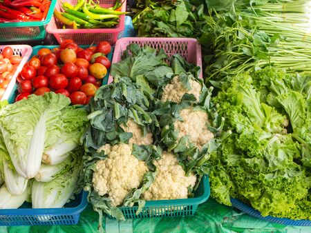 Vegetables on sale - cauliflower, lettuce, tomatoes, chile, spinach at Thai market Foto de archivo