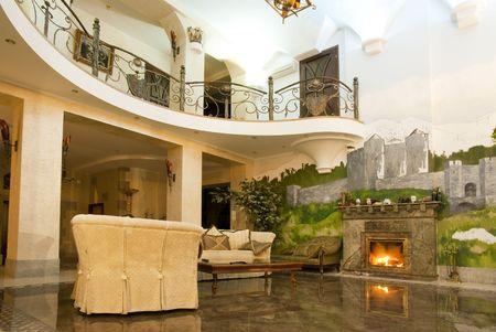 豪華なヴィラには暖炉付きのモダンなリビング ルームの写真
