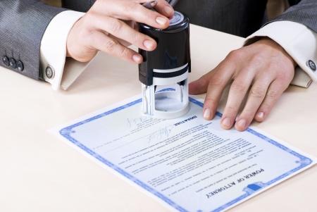 弁護士の力で公証人スタンプの男性の手のクローズ アップ 写真素材