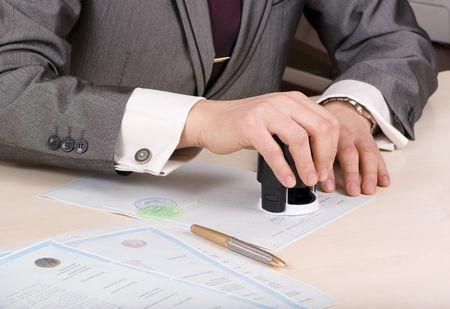 シール、sertificate の男性の手のクローズ アップ 写真素材