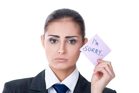 """pardon: triste jeune femme tenant une note disant """"désolé"""""""