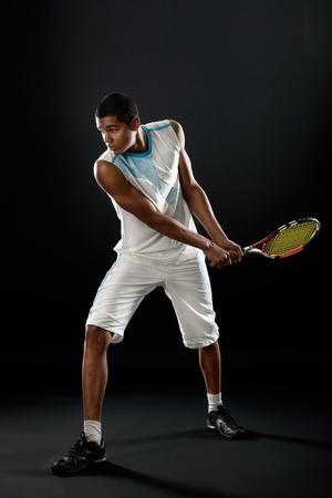テニス ラケットで若いテニス選手